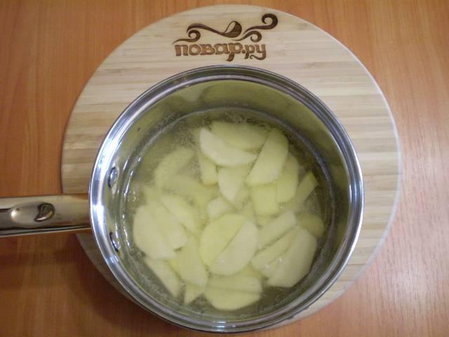 3. Отвариваем его в соленой кипящей воде 7-8 минут. Воду сливаем. Накрываем картофель крышкой.