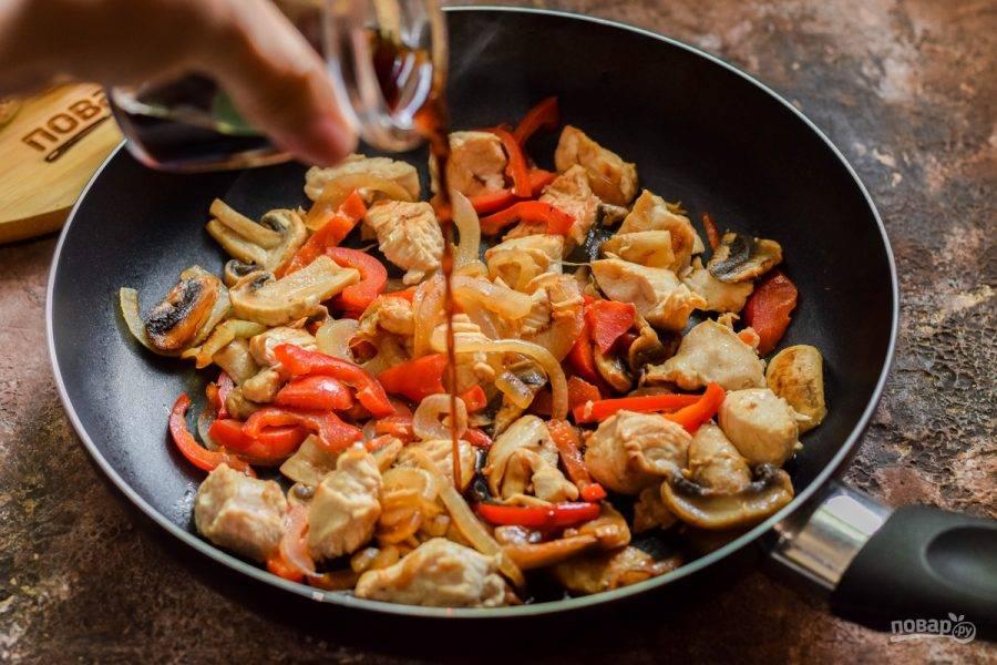 Добавьте все специи и соевый соус, готовьте еще 3-4 минуты на большом огне, пока соус не выпарится.