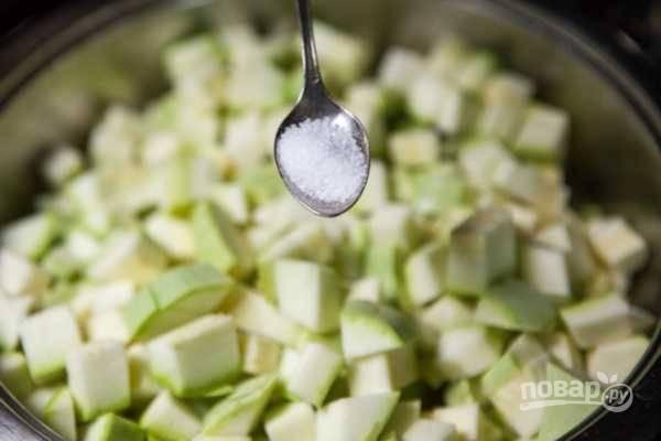Нагрейте растительное масло в сковороде, положите нарезанные кабачки, добавьте соль.