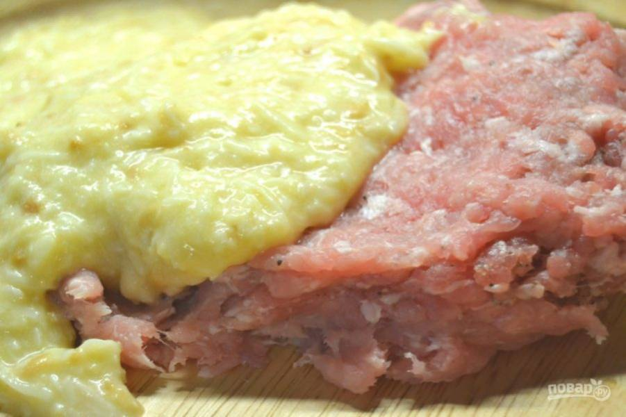 5.Смешайте полученную массу и свиной фарш.
