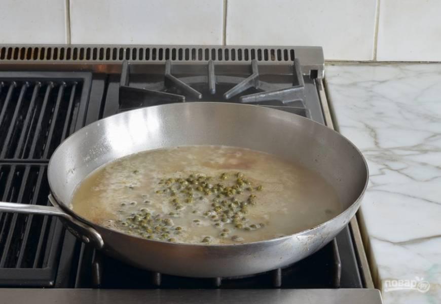 7. Тем временем в глубокую сковороду влейте бульон и сок. Выложите каперсы.