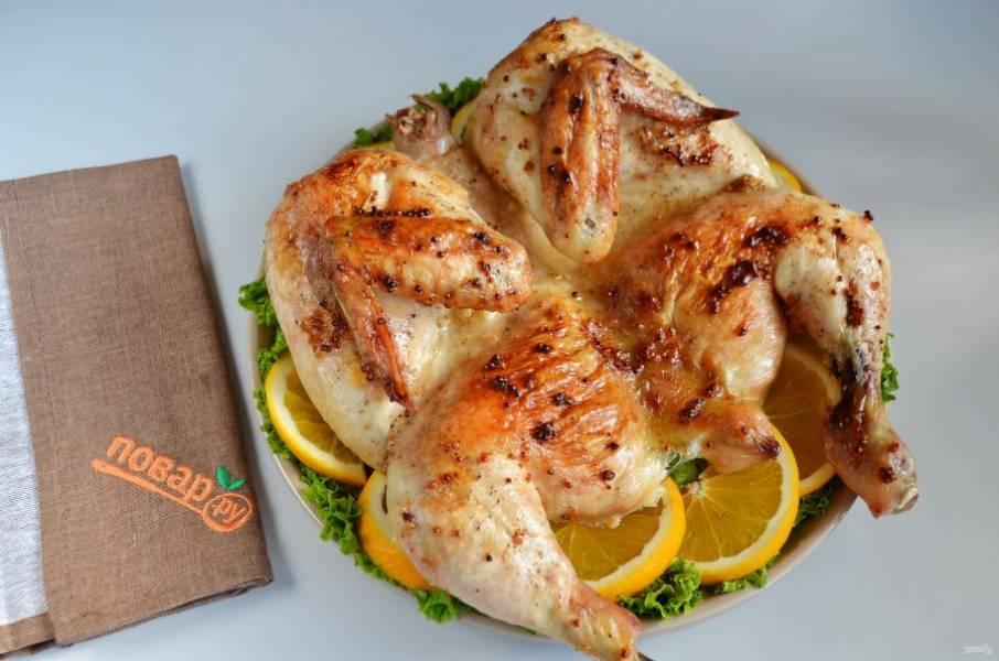 5. Блюдо застелите листьями салата. Положите порезанный апельсин, сверху курочку и к столу!