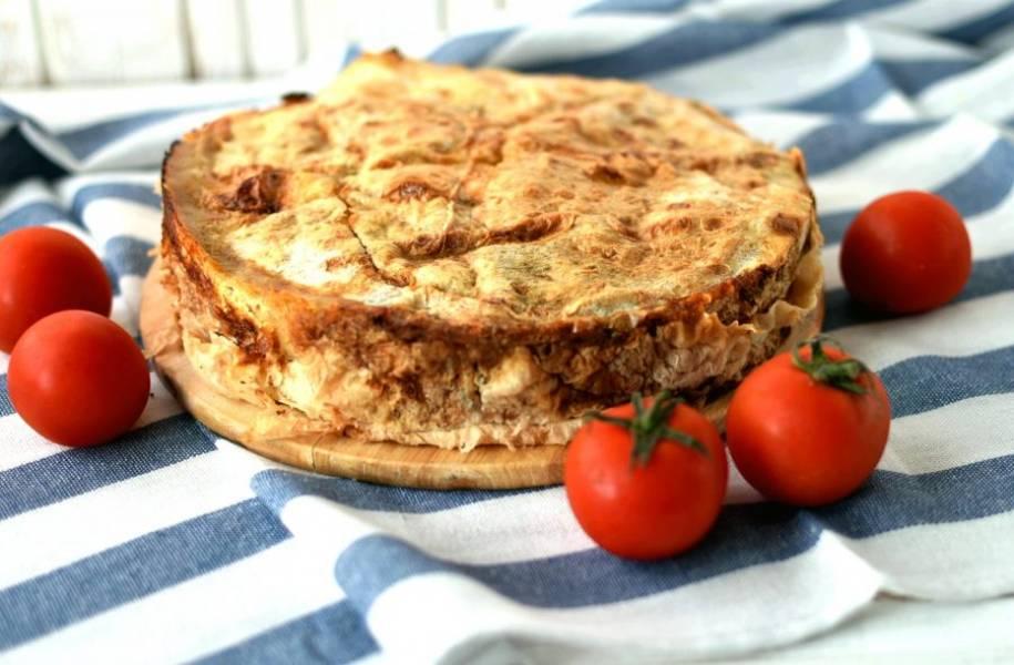 Выпекайте пирог в разогретой до 200 градусов духовке до румяной корочки сверху и полного схватывания начинки. При нажатии пирог должен пружинить. Готовый пирог смажьте сливочным маслом и подавайте теплым. Приятного аппетита!