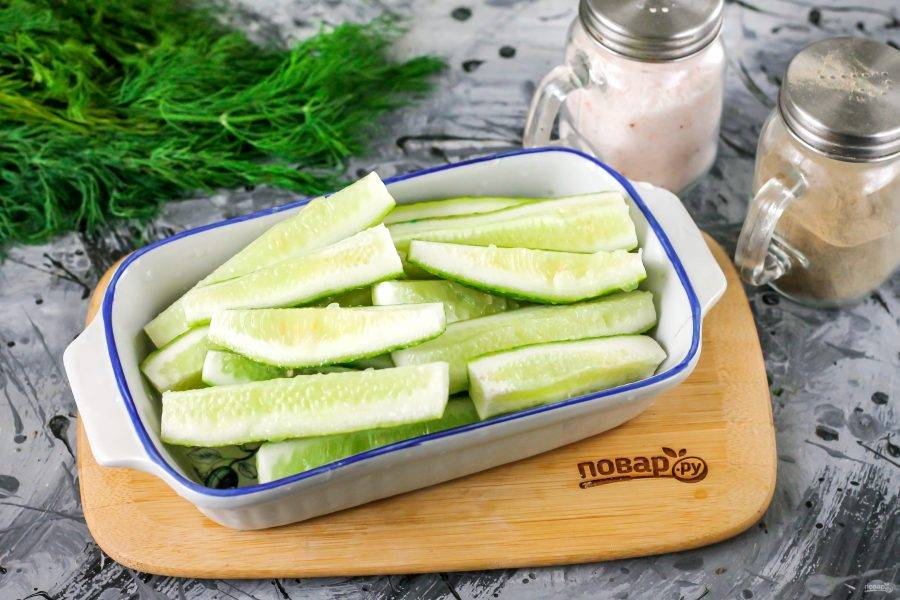 Огурцы промойте в воде, срежьте хвостики с овощей и нарежьте их четвертинками. Каждый плод обязательно попробуйте на вкус, чтобы исключить горький, если вдруг такой вам попадется.