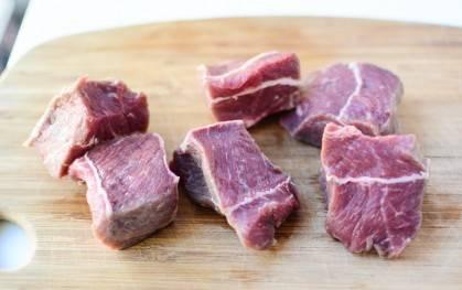 Мясо порезать кусочками.