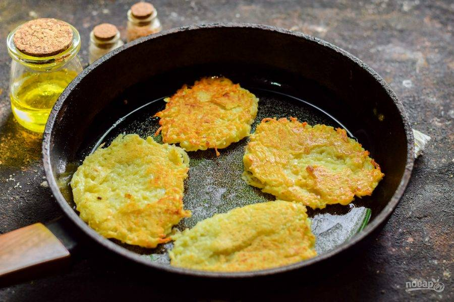 Сковороду разогрейте, влейте масло, выложите картофель при помощи столовой ложки. Жарьте драники с каждой стороны по несколько минут до золотистого цвета.