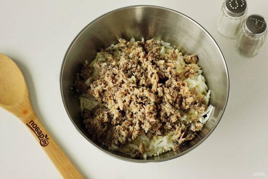 Слейте с консервов всю жидкость и разомните рыбу вилочкой, удалив предварительно крупные косточки. Добавьте сардины к остальным ингредиентам.