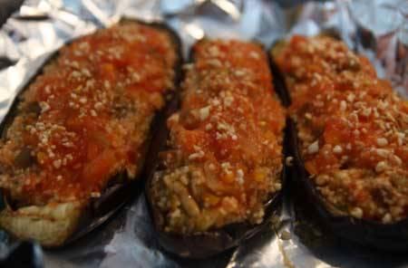 2. Фарш (можно взять и мясной, но я предпочитаю измельченные заранее шампиньоны) смешаем со специями и остатками мякоти баклажанов. Сюда же - измельченная луковица и морковка. Перемешаем, наполним баклажаны, зальем томатной пастой.