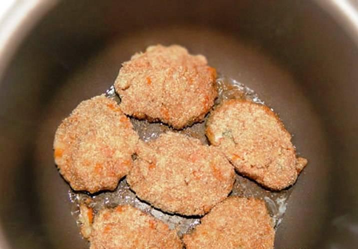 Сформируйте из фарша котлеты, обваляйте в панировочных сухарях и обжарьте в мультиварке в режиме «Жарка». Положите котлеты на 5 минут на салфетку, чтобы впитались излишки масла, затем подайте на стол.