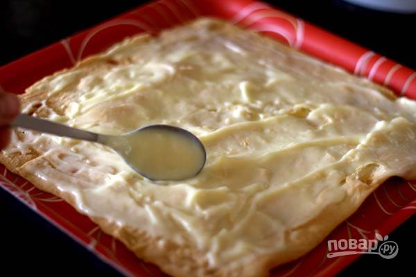 7.Выложите корж и смажьте его кремом, затем уложите следующий корж и снова промажьте кремом. Таким образом соберите торт.