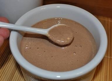 Влить охлажденное какао, сваренное на воде, масло, перемешать, добавить муку, соду и соль.