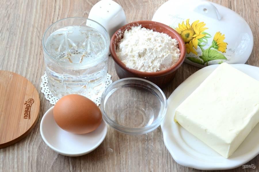 Подготовьте все необходимые ингредиенты. Масло заранее положите на 30 минут в холодильник, так его будет проще натирать, и оно дольше не растает.