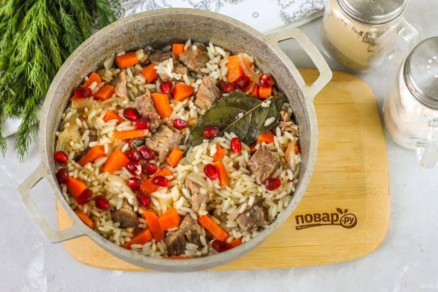 Очистите четверть граната от кожуры и пленок, добавьте зерна за 2-3 минуты до готовности блюда. Аккуратно все перемешайте.