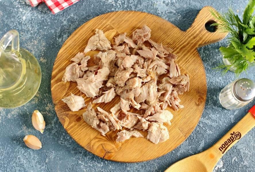 Когда мясо будет готово, достаньте его и отделите от костей.