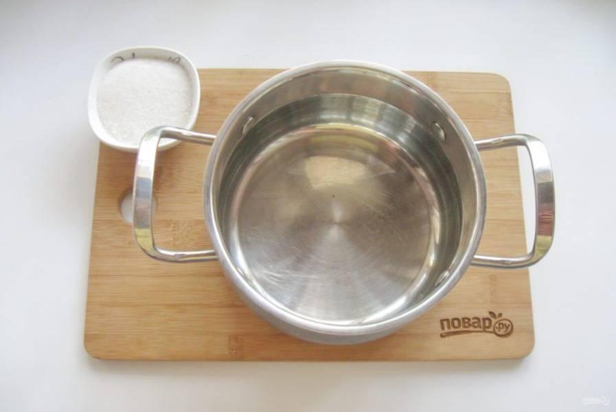 Приготовьте сироп. В кастрюлю налейте воду и добавьте сахар. Доведите до кипения.  Варите сироп до полного растворения сахара. Залейте сиропом груши.