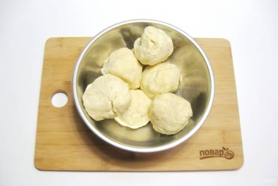 Замесите тесто и разделите на 6-7 частей. Каждый кусочек скатайте в шарик. Поставьте в холод на полтора часа.