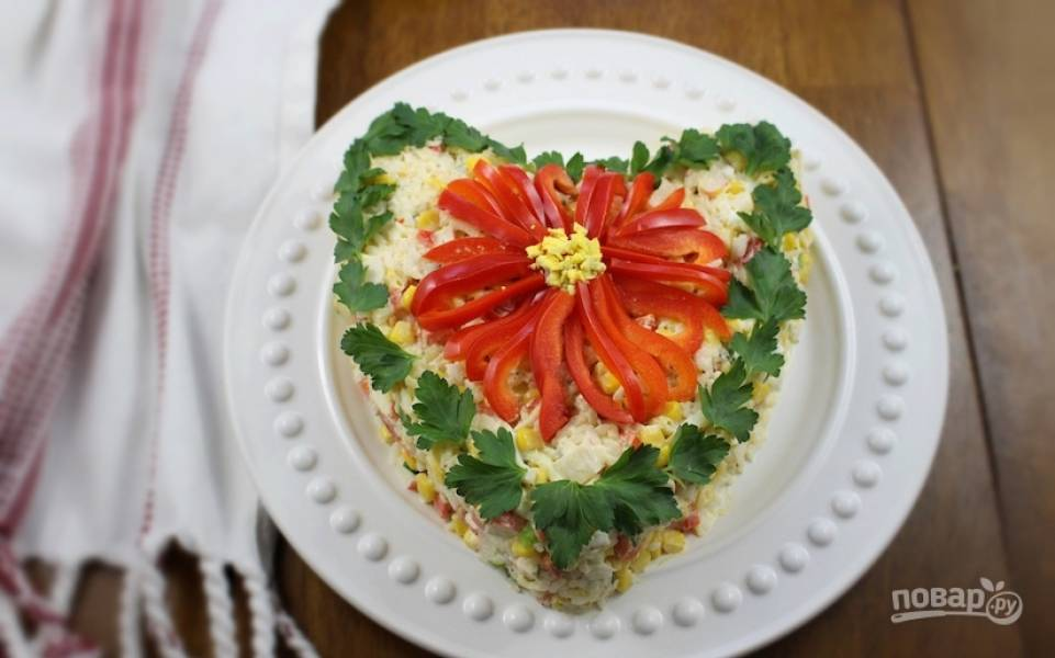 Подавайте салат сразу же. Можете украсить его по желанию. Приятного аппетита!