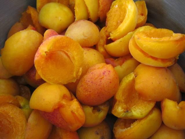 Разрезаем плоды пополам и удаляем и них косточку.