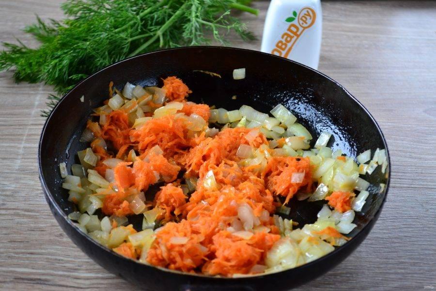 Разогрейте растительное масло в сковороде. Сначала отправьте в него чеснок, как только он начнет отдавать свой аромат, добавьте лук и морковь. Пассеруйте несколько минут.