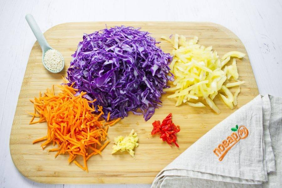 Капусту мелко нашинкуйте, морковь натрите на корейской терке, сладкий и острый перец нарежьте соломкой, имбирь измельчите.