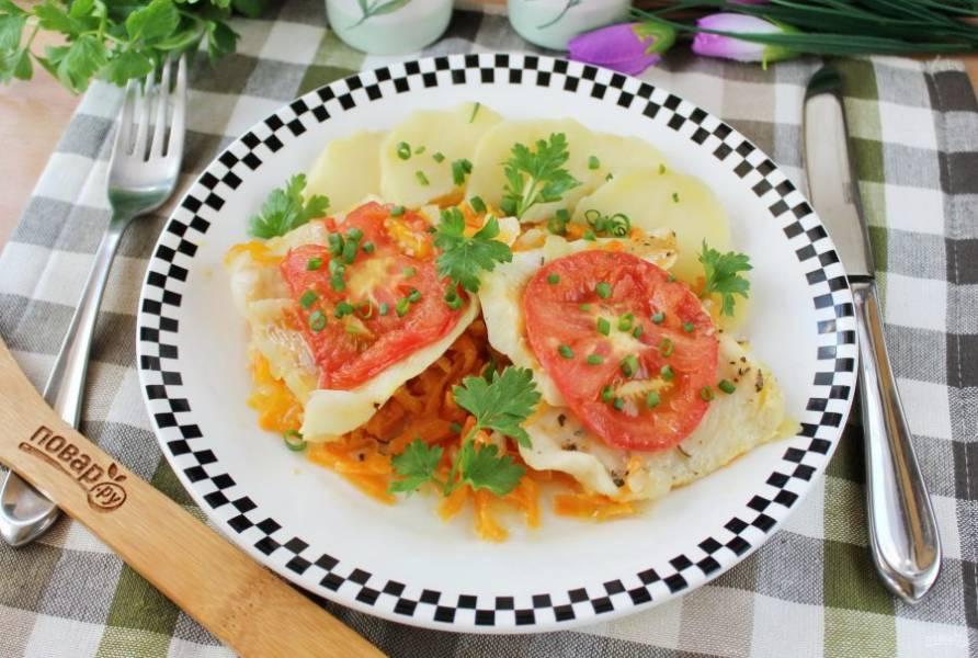 Судак с помидорами в духовке готов. Подавайте к столу в горячем виде с любым гарниром.