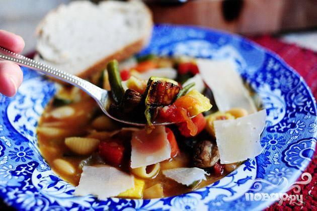 7. Подавать суп с сыром Пармезан и хрустящим итальянским хлебом.