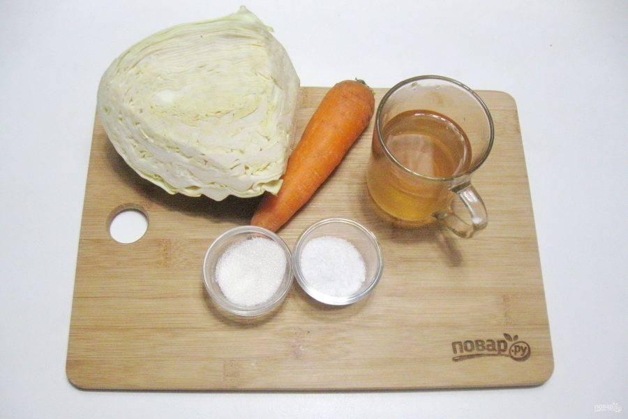 Подготовьте ингредиенты для приготовления квашеной капусты с яблочным соком.