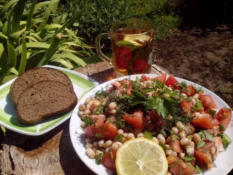 5. Посыпаем измельченным укропом и украшаем лимоном. Легкий и вкусный салат готов. Его можно подать на листьях салата.