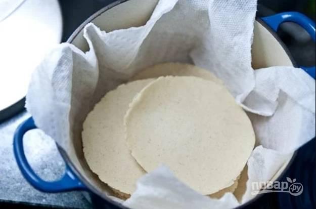 10.Выложите лепешки в кастрюлю с полотенцем, чтобы сохранить их теплыми. Приятного!