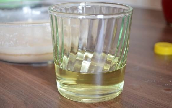 По истечении времени добавляем в эту смесь растительное масло и соль, перемешиваем.