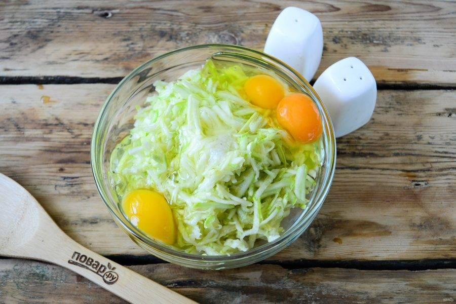 Добавьте соль и перец по вкусу. Также разбейте яйца. Количество яиц может отличаться в зависимости от размера кабачков и их водянистости.