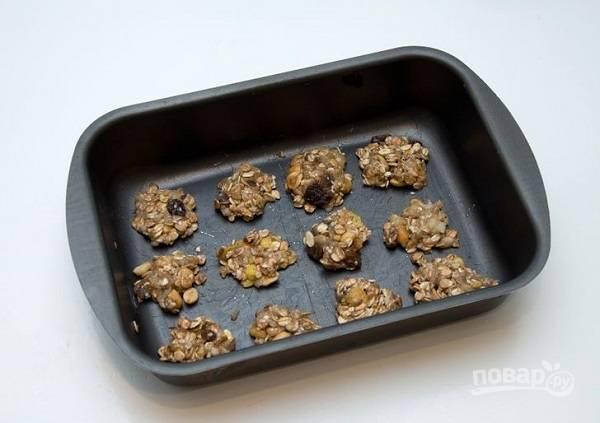 7. Влажными руками сформируйте небольшие печеньки, отправьте их в духовку на 15-20 минут. Важно не передержать, иначе печенье будет слишком сухим.