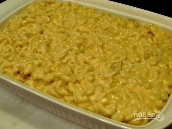 Макароны с мясом выложите в форму для запекания, соус поперчите и посолите по вкусу. Залейте им макароны и отправьте в духовку.