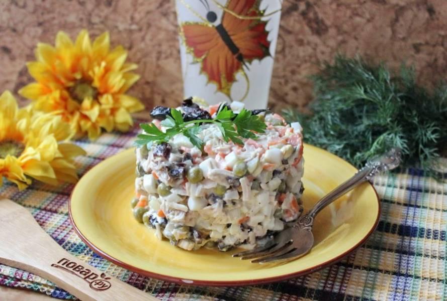 """Салат """"Прага"""" с курицей и черносливом готов. Подавайте на закуску."""