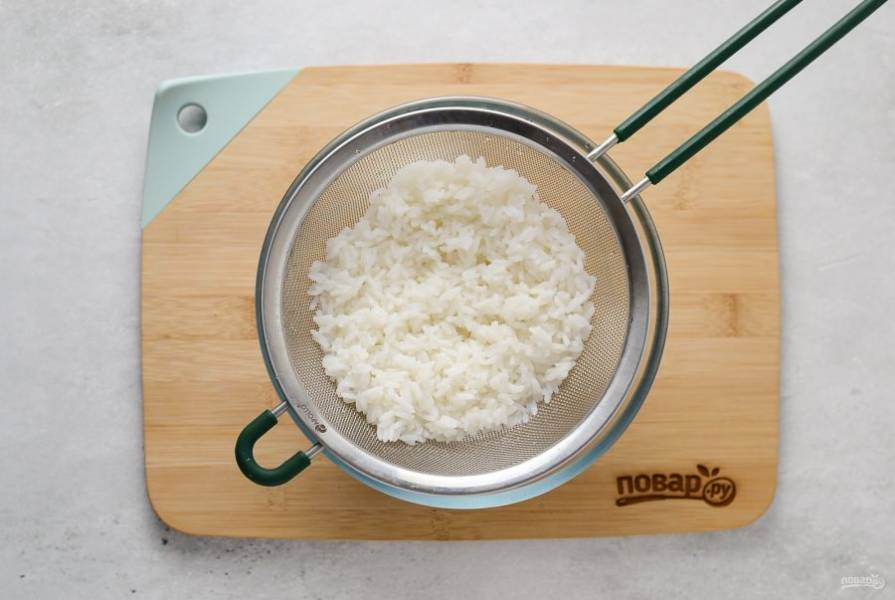 Затем промойте рис в холодной воде, откиньте на сито и дайте стечь лишней жидкости.