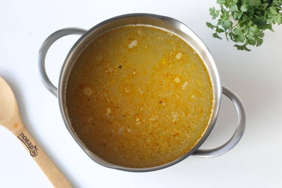 Готовый бульон процедите, мясо отделите от костей и верните обратно в кастрюлю. Добавьте картофель и обжаренные овощи. Варите около 15-20 минут или до готовности картофеля.