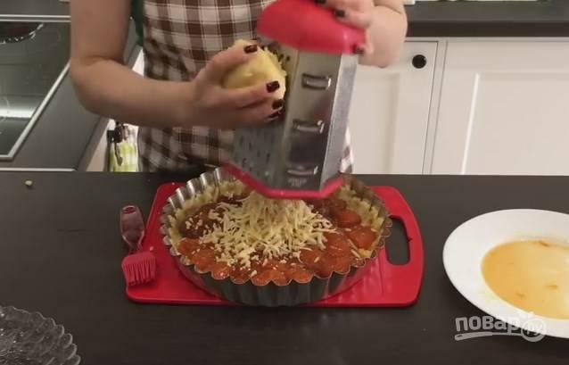 8. Сверху натрите оставшееся тесто и распределите его. Выпекайте пирог около 20 минут в духовке, разогретой до 180 градусов.