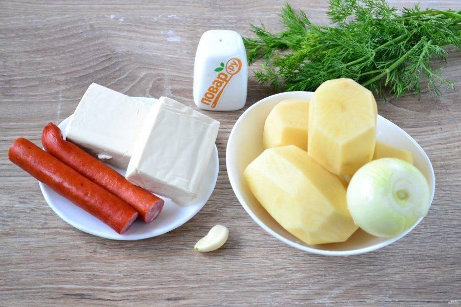 Подготовьте все необходимые ингредиенты. Все овощи очистите и ополосните. Я буду варить суп в кастрюле объемом 3,5 л, поэтому сразу набираю воды примерно 2/3 объема кастрюли и ставлю на огонь.