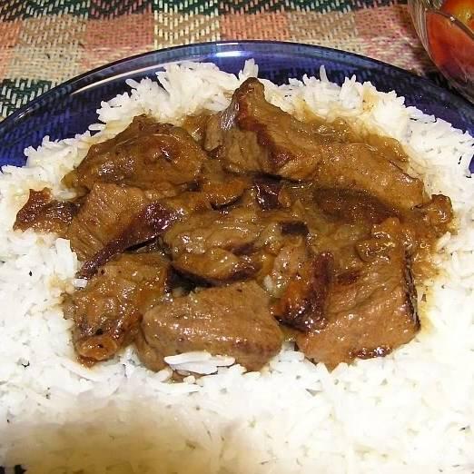 Даем блюду немного постоять под крышкой, после чего его можно подавать к столу. Хорошо сочетается с гарниром из риса. Приятного аппетита! :)