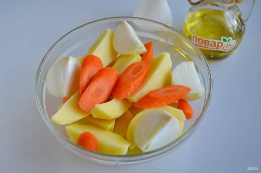 3. За это время подготовьте овощи: вымойте их, очистите и порежьте. Я обычно режу лук на 4 части, морковь - просто наискосок, а картофель -  на 4 части вдоль.