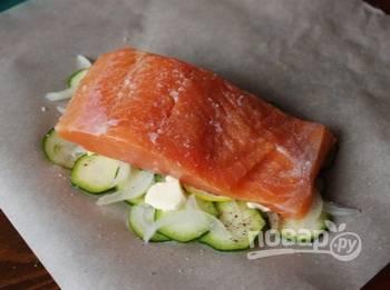 В каждый кусок пергамента с овощами выложите филе семги, предварительно его вымыв, обсушив и удалив из рыбы косточки. Затем посолите и поперчите по вкусу.