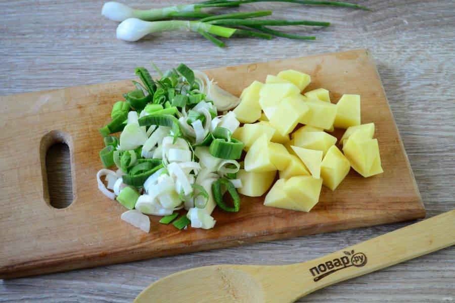 Лук-порей порежьте кружочками, картофель порежьте небольшими кубиками (так он быстрее сварится).