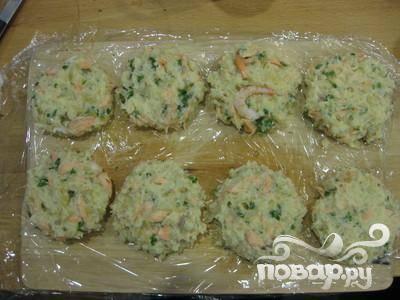 6. Сформировать из полученной массы пирожки, накрыть полиэтиленовой пленкой и положить в холодильник на полчаса.
