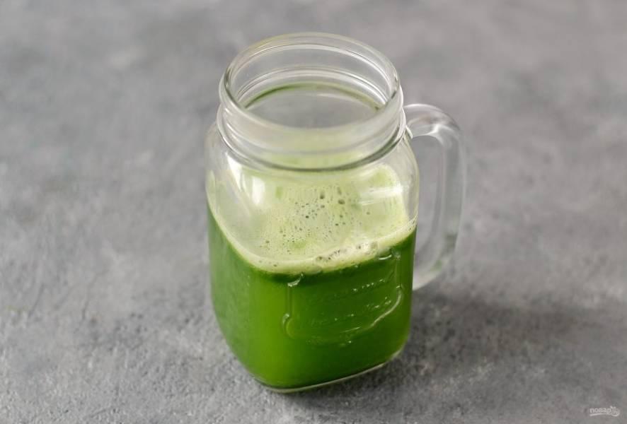 Выжмите сок из огурцов с помощью соковыжималки. Должно получиться 250 мл. При необходимости процедите жидкость через марлю.