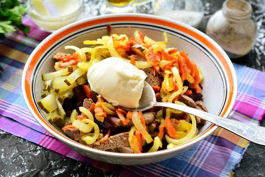 Добавьте в салат майонез.