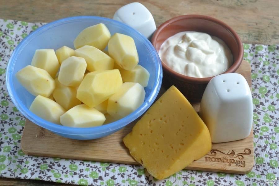 Подготовьте все необходимые ингредиенты. Картофель очистите и хорошенько промойте, нарежьте его тонкими слайсами.