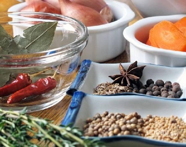 3. Теперь можно заняться маринадом. В небольшой кастрюле соедините уксус с сахаром и поставьте на огонь. Когда сахар растворится, добавьте семена укропа, кориандра, тимьян, измельченный чили, имбирь и зерна горчицы. Снимите маринад с огня и оставьте на 5 минут. Параллельно можно очистить лук и нарезать. Также можно добавить морковь, например.