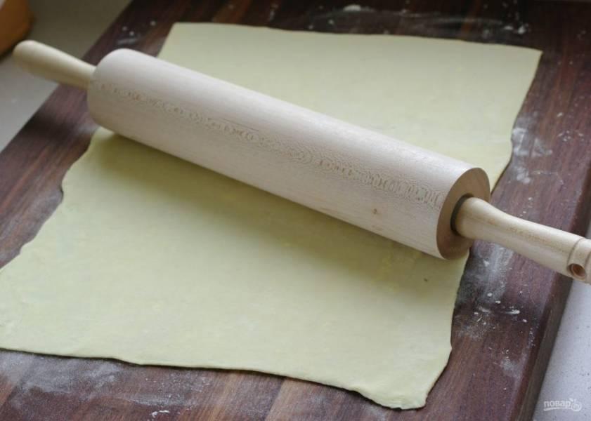 Раскатайте слоеное тесто в прямоугольную форму.