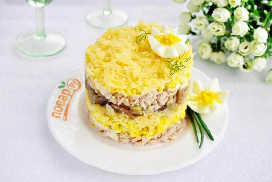 Украсьте салат свежей зеленью и цветком из яичного белка. Приятного аппетита!