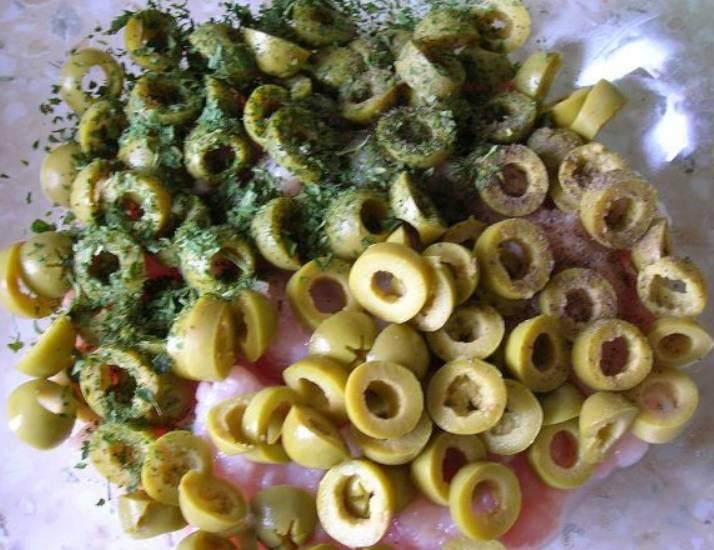 Оливки нарезаем кружочками, перец режем полосочками, петрушку измельчаем. Смешиваем все с фаршем.